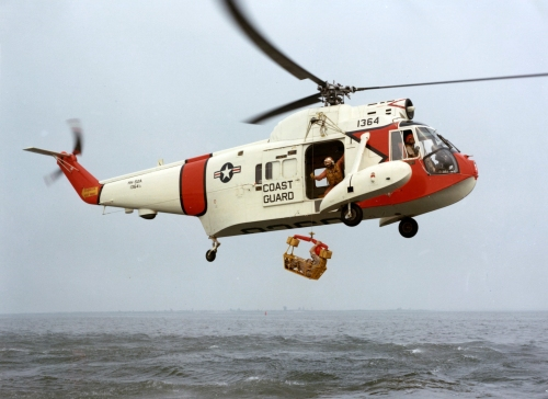 HH-52A_Seaguard_with_rescue_basket_1960s