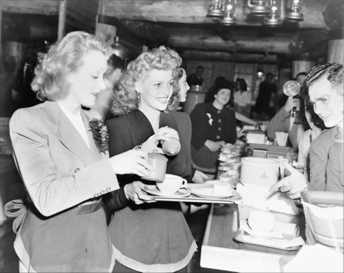 Dietrich-Hayworth-Hollywood-Canteen-1942-930x740